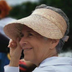 Marisabel Reyna de Fernández. Abogada. Rostro de mujer sonriendo con franela blanca y sombrero.